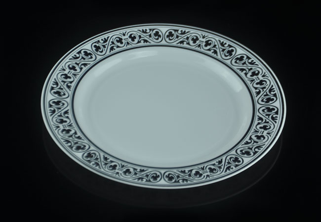 The heavy weight white plastic plates are made from polystyrene(PS) and with two lines of golden bands looks like real fine chinaware. & heavy duty disposable plastic plate with golden bands supplier